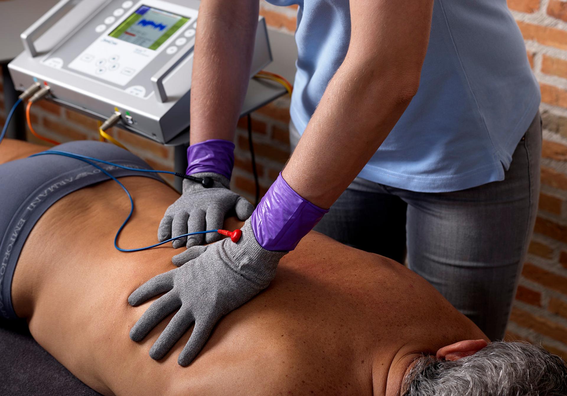 Mikrostrom-Zelltherapie auf dem Rücken eines Mannes.