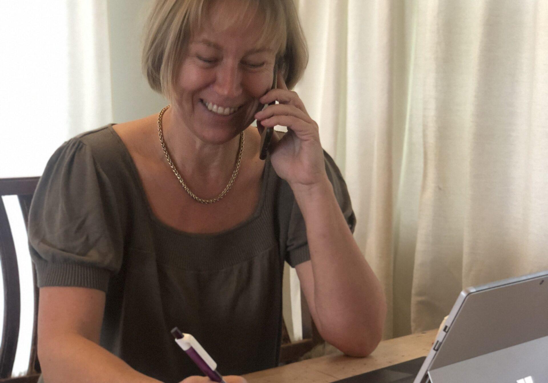 Iris Zitta im Büro bei der persönlichen Beratung per Telefon.